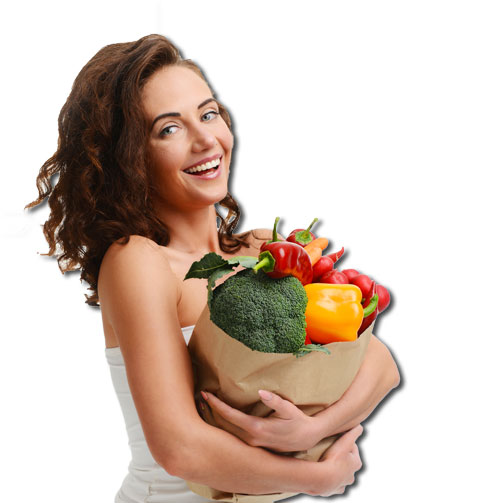 Donna sorridente che regge una busta di frutta e verdura